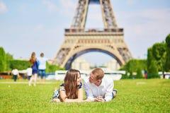 Os pares românticos aproximam a torre Eiffel em Paris Foto de Stock