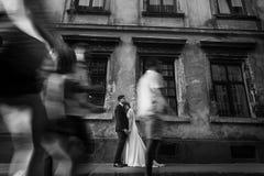 Os pares românticos do recém-casado que guardam as mãos aproximam a construção velha em Fran Foto de Stock Royalty Free