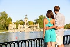 Os pares românticos no amor no EL Retiro estacionam o Madri Fotos de Stock Royalty Free