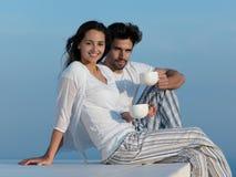 Os pares românticos novos felizes mandam o arelax do divertimento relaxar em casa fotografia de stock royalty free
