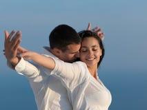 Os pares românticos novos felizes mandam o arelax do divertimento relaxar em casa Imagens de Stock