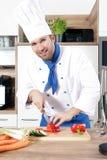 Os pares 'sexy' bonitos do homem da mulher como um cozinheiro estão cozinhando em uma cozinha fotos de stock royalty free