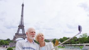 Os pares superiores aproximam a torre Eiffel que faz o selfie Turista em Europa Vida moderna ativa após a aposentadoria vídeos de arquivo