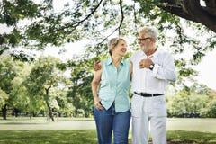 Os pares superiores relaxam o conceito do estilo de vida imagem de stock royalty free