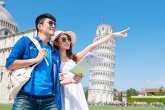 Os pares tomam o mapa do mundo em Itália foto de stock