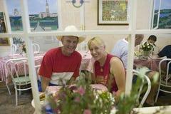 Os pares vestiram-se no vermelho, branco e azul relaxe no ½ do ¿ do cafï durante o quarto da celebração de julho em Ojai, CA Fotos de Stock Royalty Free