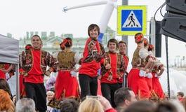 Os participantes da bola das nacionalidades: no conjunto da dança popular do russo da fase Imagens de Stock Royalty Free