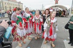 Os participantes da bola das nacionalidades: ` Polonês de Gaik do ` do conjunto da dança popular após o desempenho Fotografia de Stock