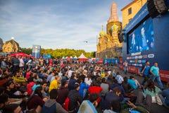 Os participantes da FIFA ventilam o festival perto da igreja do salvador no sangue no centro da cidade Foto de Stock Royalty Free