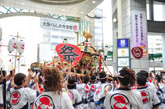 Os participantes de Tenjin Matsuri adoram o santuário dourado, julho Imagens de Stock