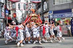 Os participantes de Tenjin Matsuri adoram o santuário dourado, julho Fotos de Stock