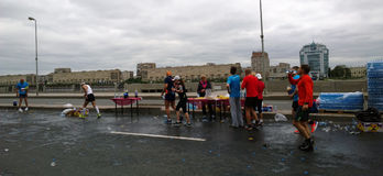 Os participantes do ` das noites brancas do ` da maratona em um dos alimentos no centro de Petersburgo fotos de stock royalty free