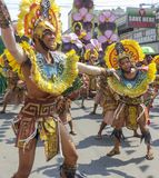 Os participantes do festival de Kadayawan executam Imagens de Stock Royalty Free