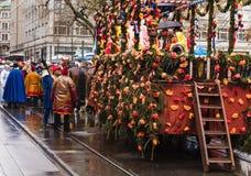 Os participantes do Sechselauten desfilam em Zurique na rua de Bahnhofstrasse Fotografia de Stock Royalty Free