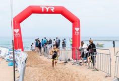 Os participantes do triathlon anual terminam na nadada no M fotografia de stock royalty free