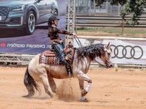 Os participantes em competições equestres executam em uma exploração agrícola do cavalo Fotografia de Stock Royalty Free