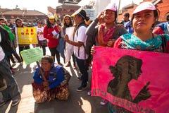 Os participantes não identificados protestam dentro de uma campanha para terminar a violência contra as mulheres (VAW) guardadas  Foto de Stock