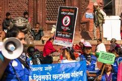 Os participantes não identificados protestam dentro de uma campanha para terminar a violência contra as mulheres (VAW) guardadas  Foto de Stock Royalty Free
