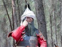 Os participantes na reconstrução dos chifres da batalha de Hattin que descrevem em 1187 Saladin corrigem o capacete no acampament Fotografia de Stock