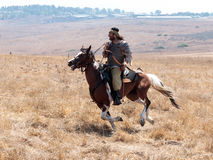 Os participantes na reconstrução dos chifres de Hattin lutam em 1187 movendo ao redor o campo de batalha perto de Tiberias, Israe Imagem de Stock Royalty Free