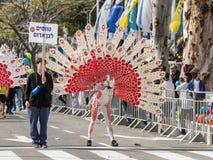 Os participantes no carnaval de Adloyada vestiram-se em um terno do pavão em Nahariyya, Israel Imagens de Stock