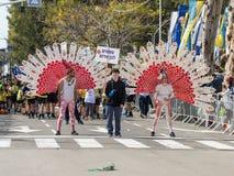 Os participantes no carnaval de Adloyada vestiram-se em um terno do pavão em Nahariyya, Israel Imagens de Stock Royalty Free