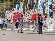 Os participantes no carnaval de Adloyada vestiram-se em um terno do pavão em Nahariyya, Israel Foto de Stock Royalty Free