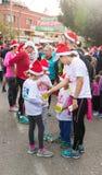 Os participantes preparam-se para a corrida anual do Natal Foto de Stock Royalty Free