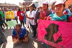 Os participantes protestam dentro de uma campanha para terminar a violência contra mulheres Imagem de Stock