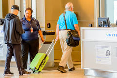 Os passageiros enfileiraram-se na linha para embarcar na porta de partida Fotos de Stock Royalty Free