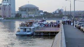 Os passageiros extasiam ao barco turístico video estoque