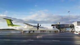 Os passageiros incorporam as linhas aéreas de Báltico do ar dos aviões vídeos de arquivo