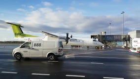 Os passageiros incorporam as linhas aéreas de Báltico do ar dos aviões filme