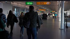 os passageiros 4K andam para a tomada o voo no aeroporto internacional de Amsterdão filme