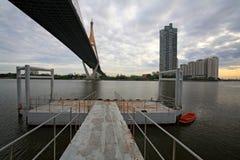 Os passageiros movem sob a ponte de suspensão de Rama IX, Banguecoque Fotos de Stock