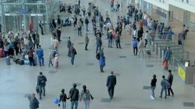 Os passageiros no aeroporto estão prontos para embarcar o plano vídeos de arquivo