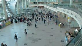 Os passageiros no aeroporto estão prontos para embarcar o plano Movimento lento filme