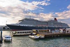 Os passageiros que chegam pelo barco estão no cais em Veneza Fotografia de Stock Royalty Free