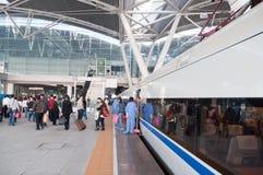 Os passageiros que deixam o trem fotografia de stock royalty free