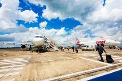 Os passageiros que embarcam Tam Airlines Airplane em Foz fazem Iguacu, Brasil Imagens de Stock