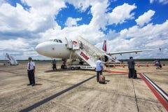 Os passageiros que embarcam Tam Airlines Airplane, Foz fazem Iguacu, Brasil Fotografia de Stock