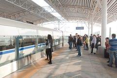 Os passageiros que esperam o trem imagens de stock royalty free
