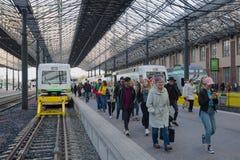 Os passageiros vão na plataforma do trem chegado Estação de comboio da central de Helsínquia imagens de stock royalty free