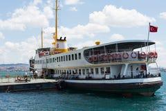Os passageiros vêm a bordo para uma excursão guiada Fotografia de Stock
