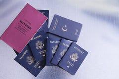 Os passaportes de uma excursão agrupam ir em umas férias Foto de Stock
