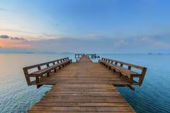 Os passeio à beira mar longos ao mar Imagens de Stock