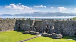 Os passos de Menai com a baixa névoa vista do interior de Beaumaris fortificam, anglesey Gales norte foto de stock royalty free