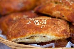Os pastéis encheram-se com as sementes trituradas da carne e de sésamo imagem de stock
