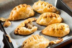 Os pastéis quentes da manteiga enriqueceram a massa folhada enchida com triturado Fotografia de Stock