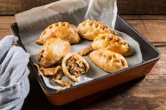Os pastéis quentes da manteiga enriqueceram a massa folhada enchida com triturado Foto de Stock